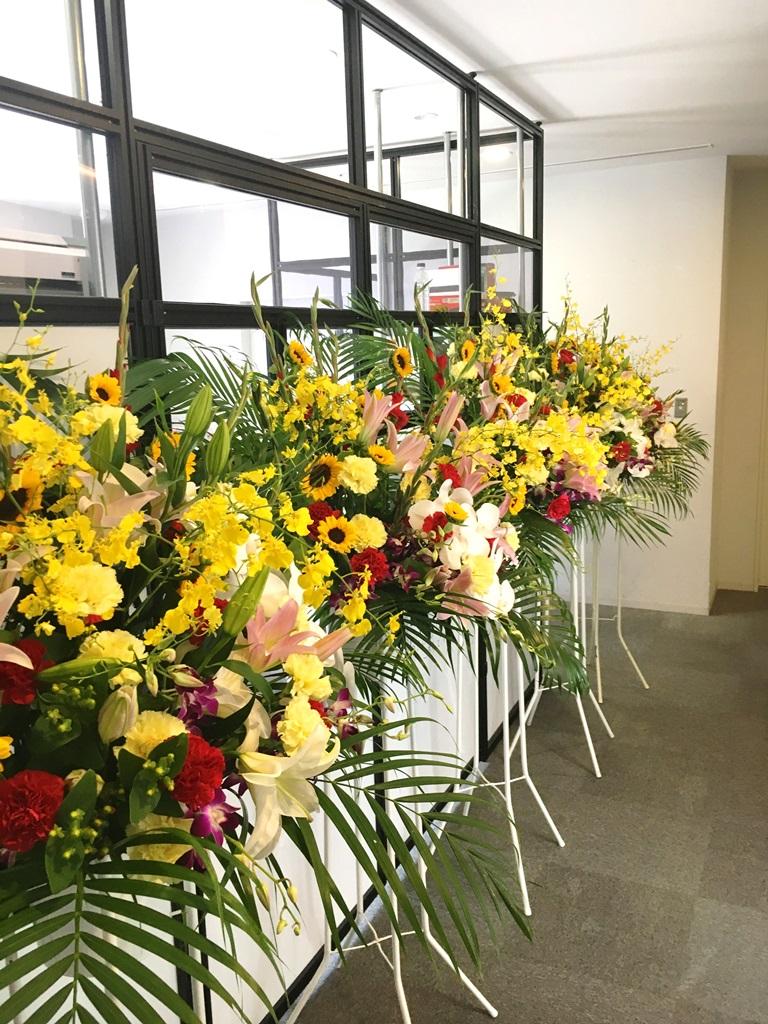 【ナオ花屋の納品事例95】横浜市中区本町YCCのイベントルームへスタンド花を配達しました!