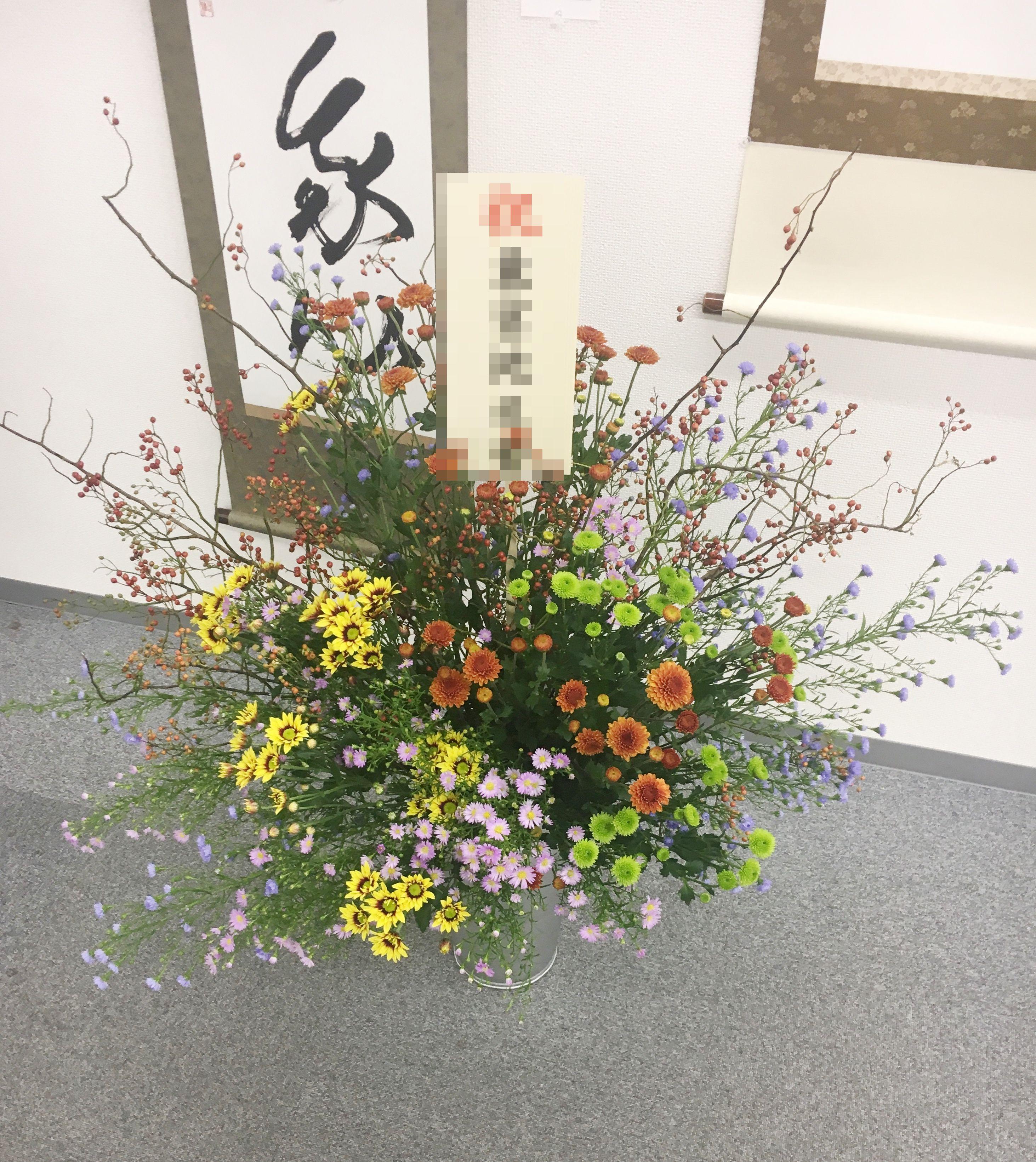 【ナオ花屋の納品事例168】横浜情報文化センターへ壺花(演台花)を配達しました!