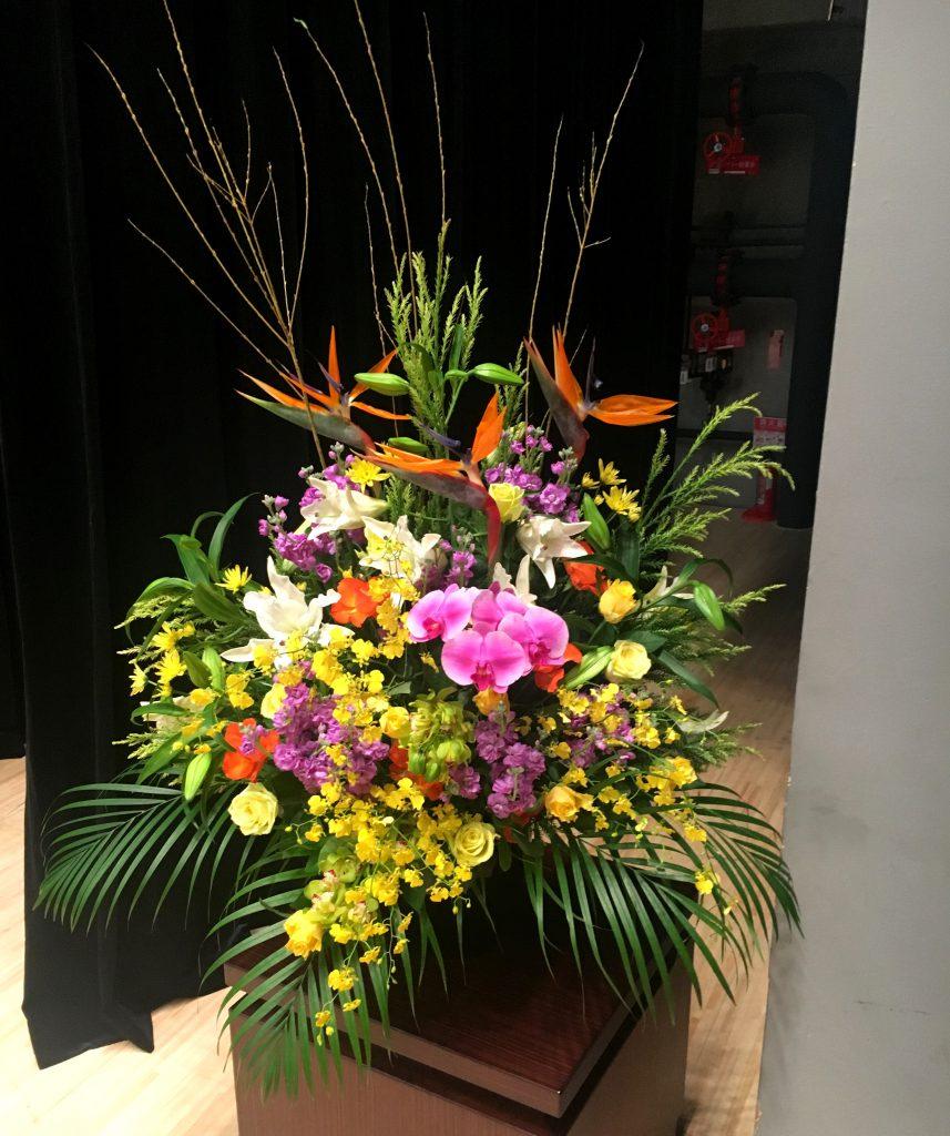 【ナオ花屋の納品事例202】横浜市関内ホールへ壺花(壇上花)を配達しました!