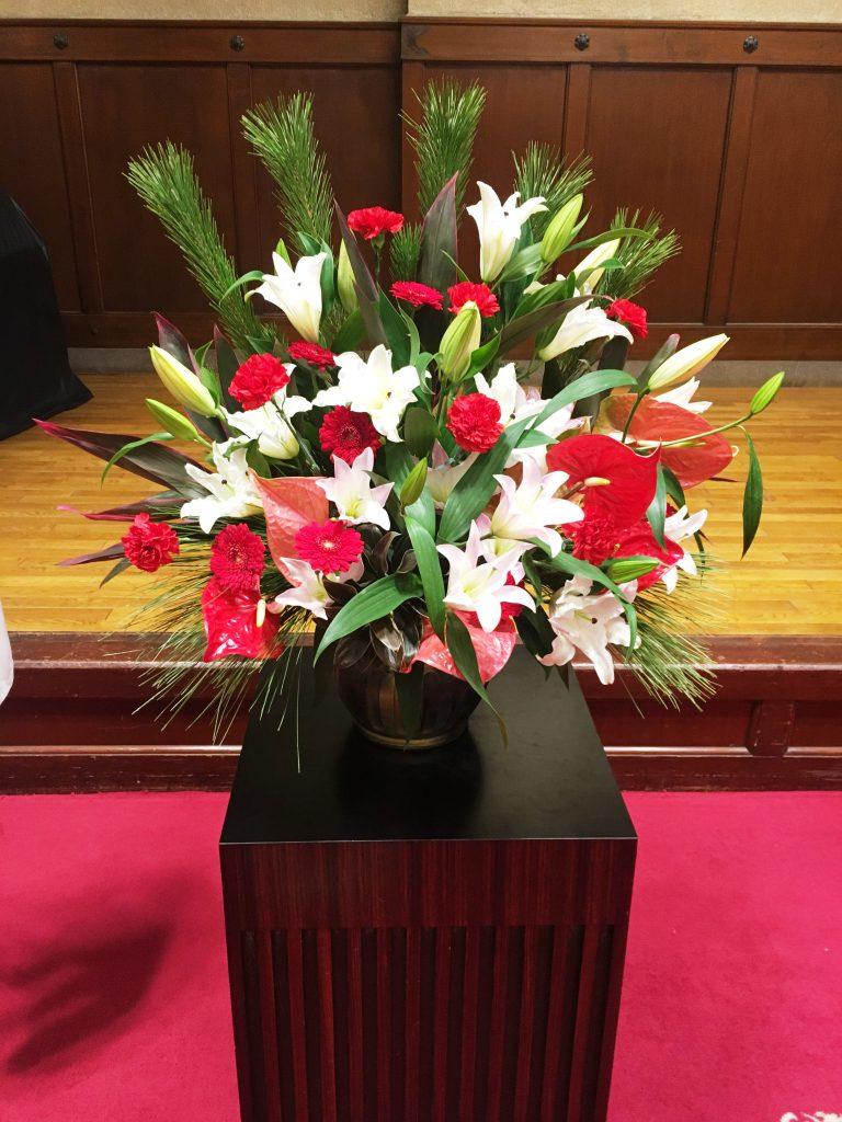 【ナオ花屋の納品事例245】横浜市関内ホールへ壺花(壇上花)を即日当日配達しました!