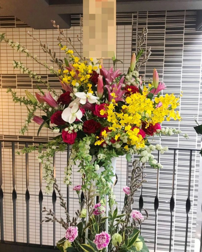 横浜市関内の法人企業様へスタンド花を即日当日配達しました!【横浜花屋の花束・スタンド花・胡蝶蘭・バルーン・アレンジメント配達事例279】