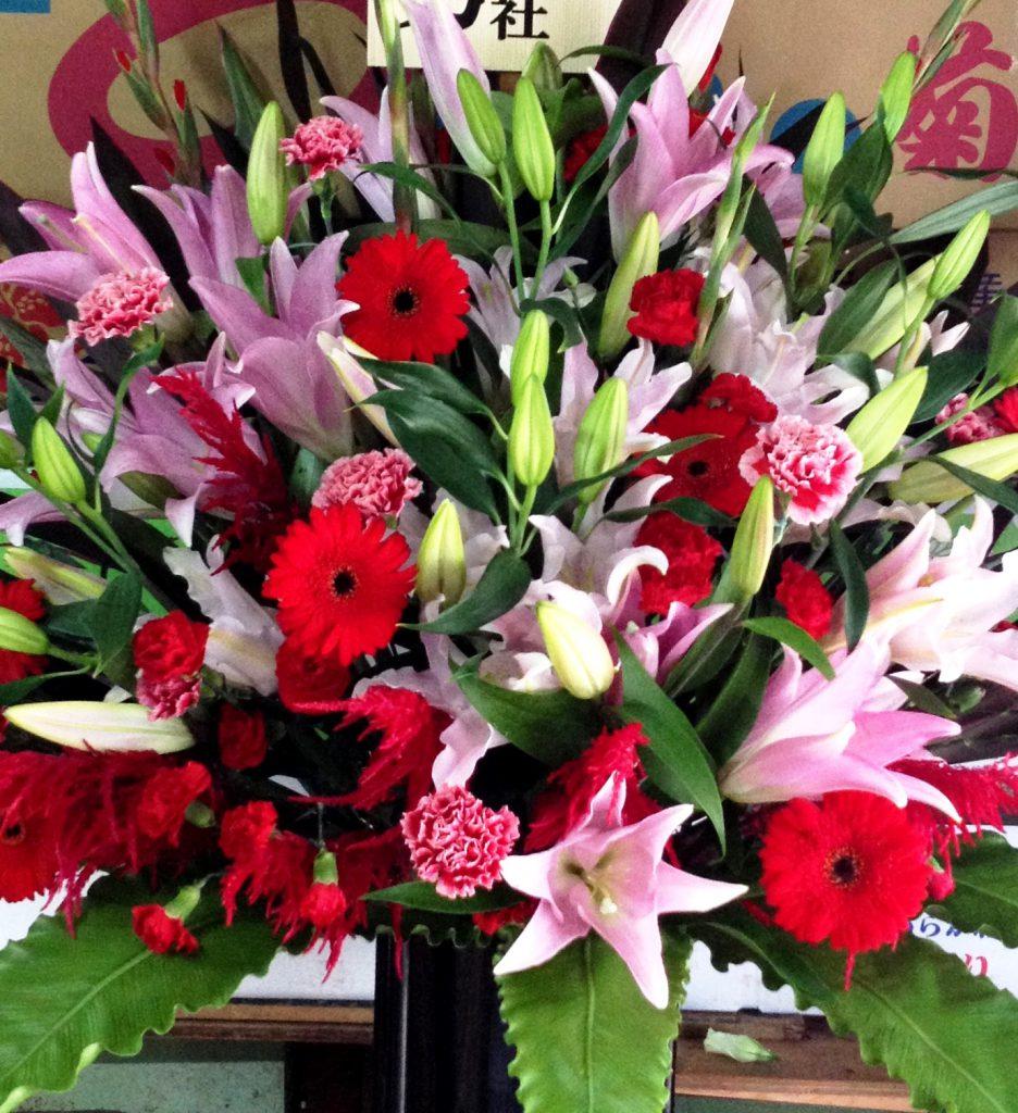横浜市関内ホールへスタンド花を当日即日配達しました!【横浜花屋の花束・スタンド花・胡蝶蘭・バルーン・アレンジメント配達事例276】