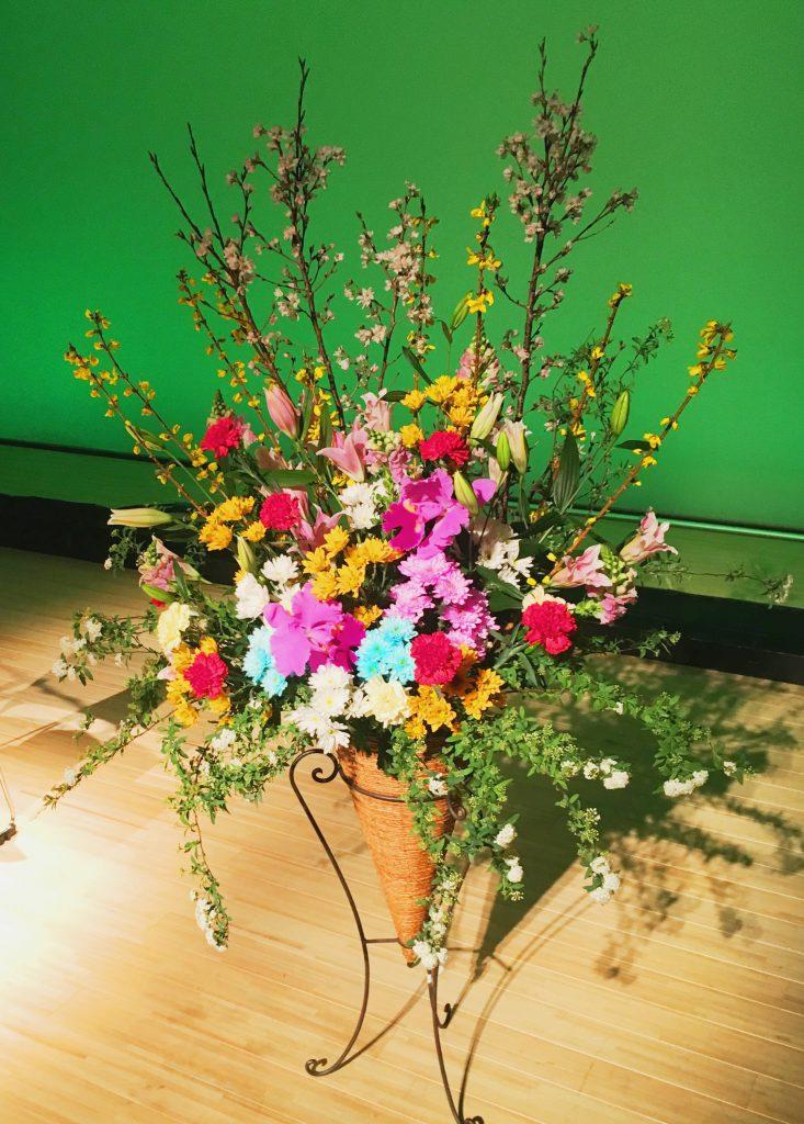 横浜市みなとみらいホールへ壇上用スタンド花を配達しました!【横浜花屋の花束・スタンド花・胡蝶蘭・バルーン・アレンジメント配達事例301】