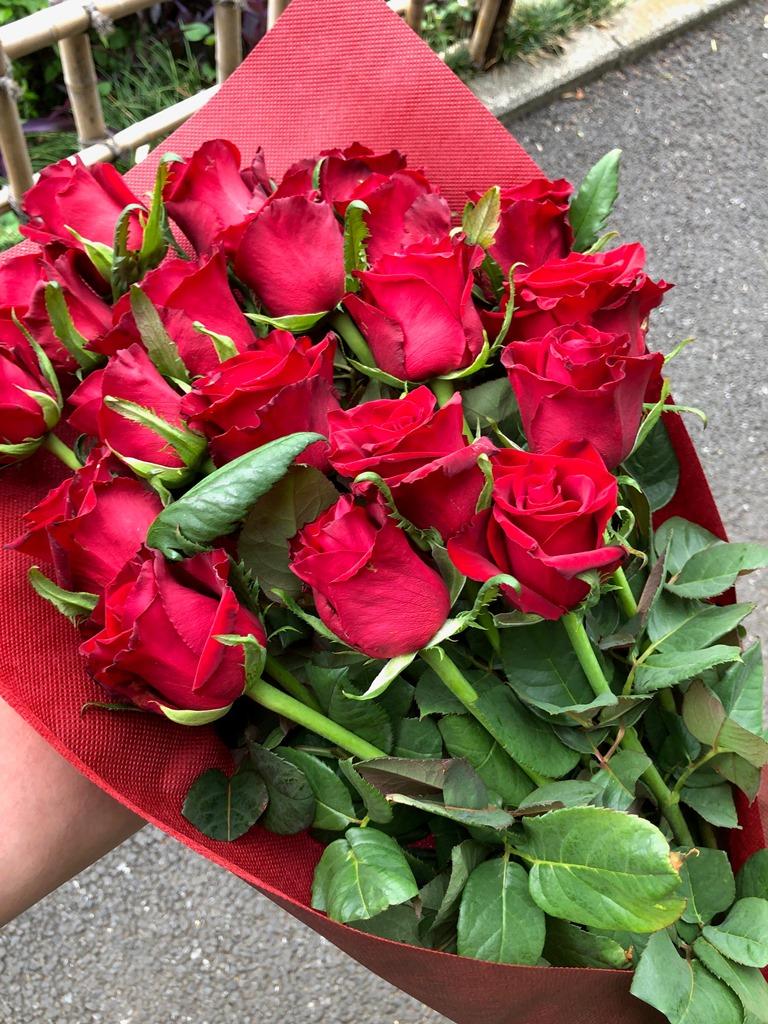 横浜市中区滝之上へバラの花束を当日即日配達しました!【横浜花屋の花束・スタンド花・胡蝶蘭・バルーン・アレンジメント配達事例377】