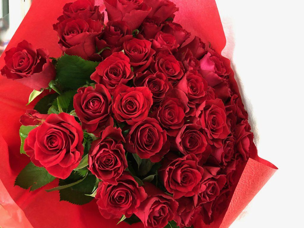 横浜みなとみらいへ赤バラの花束50本を当日即日配達しました!【横浜花屋の花束・スタンド花・胡蝶蘭・バルーン・アレンジメント配達事例391】