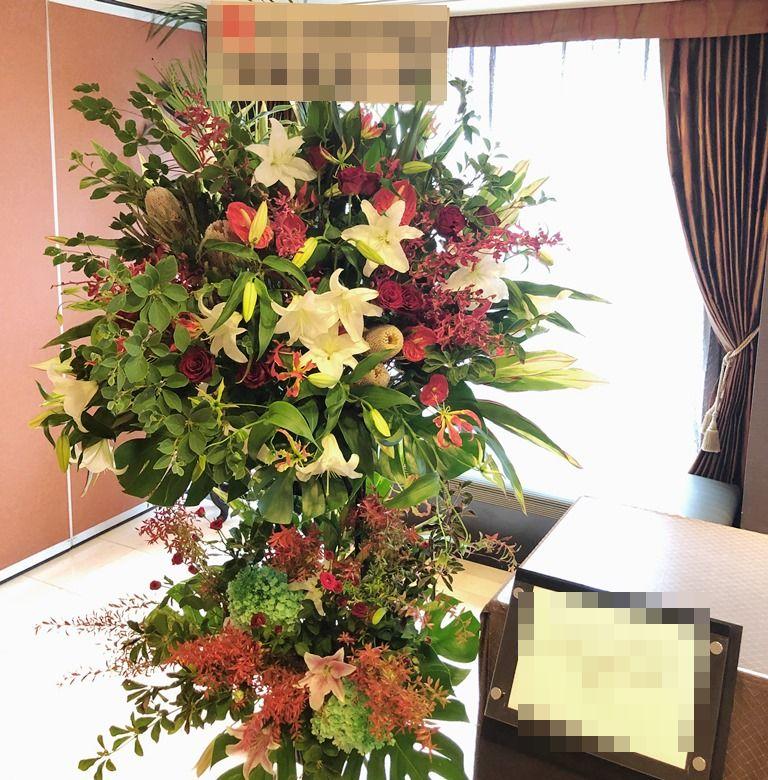横浜ローズホテルへスタンド花を配達しました!【横浜花屋の花束・スタンド花・胡蝶蘭・バルーン・アレンジメント配達事例465】