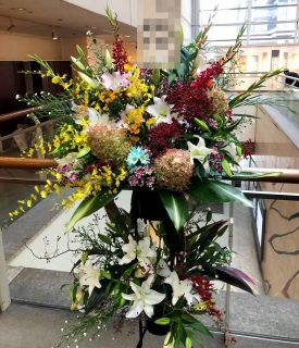 横浜市みなとみらいギャラリーへスタンド花を即日当日配達しました!【横浜花屋の花束・スタンド花・胡蝶蘭・バルーン・アレンジメント配達事例469】