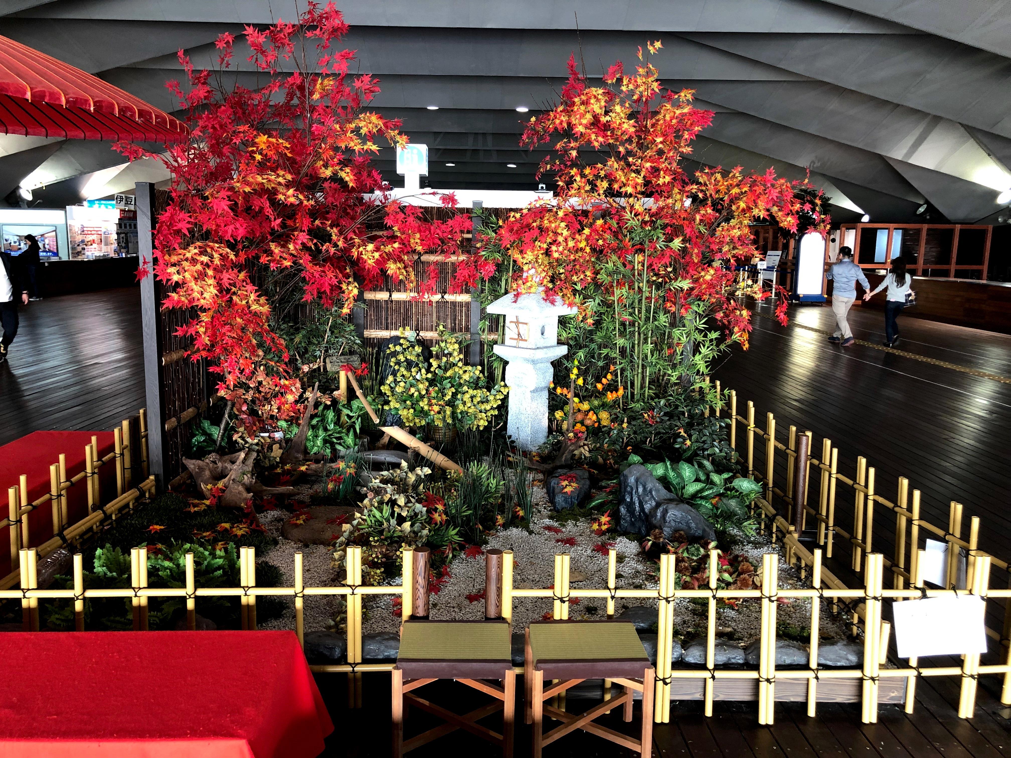 横浜港大さん橋国際客船ターミナルで秋のディスプレイをしました【横浜花屋の花束・スタンド花・胡蝶蘭・バルーン・アレンジメント配達事例479】