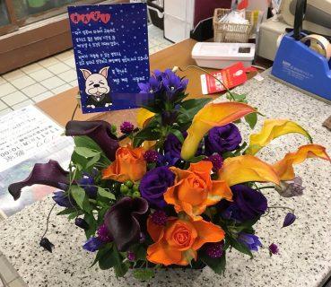 パシフィコ横浜へ紫オレンジ系アレンジメントを配達しました!【横浜花屋の花束・スタンド花・胡蝶蘭・バルーン・アレンジメント配達事例468】