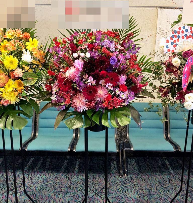 公演祝い用の祝花スタンド花を即日当日配達しました。【横浜花屋の花束・スタンド花・胡蝶蘭・バルーン・アレンジメント配達事例496】