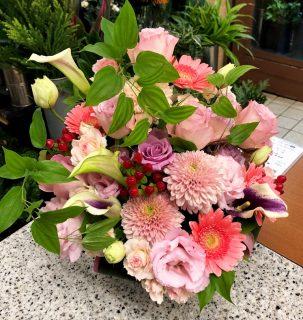 横浜市へ誕生日用アレンジメントを即日当日配達しました。【横浜花屋の花束・スタンド花・胡蝶蘭・バルーン・アレンジメント配達事例492】