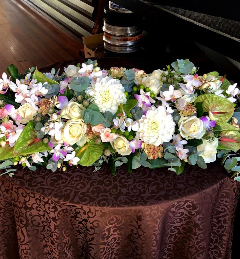 テーブル装花メインテーブル用を配達しました。【横浜花屋の花束・スタンド花・胡蝶蘭・バルーン・アレンジメント配達事例500】