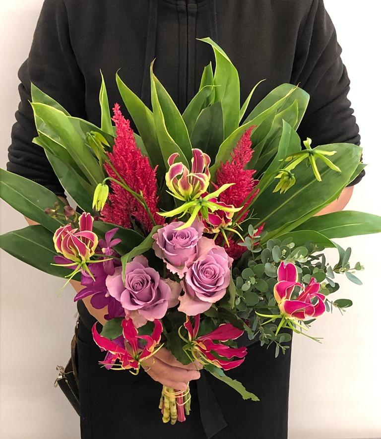 送別会用の花束を配達しました。【横浜花屋の花束・スタンド花・胡蝶蘭・バルーン・アレンジメント配達事例511】