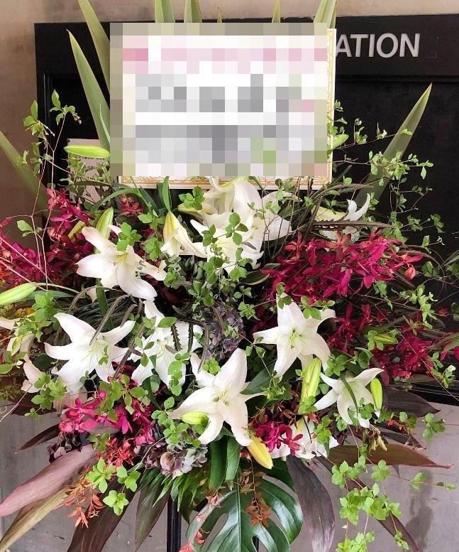 横浜ベイホールへスタンド花を配達しました。【横浜花屋の花束・スタンド花・胡蝶蘭・バルーン・アレンジメント配達事例514】