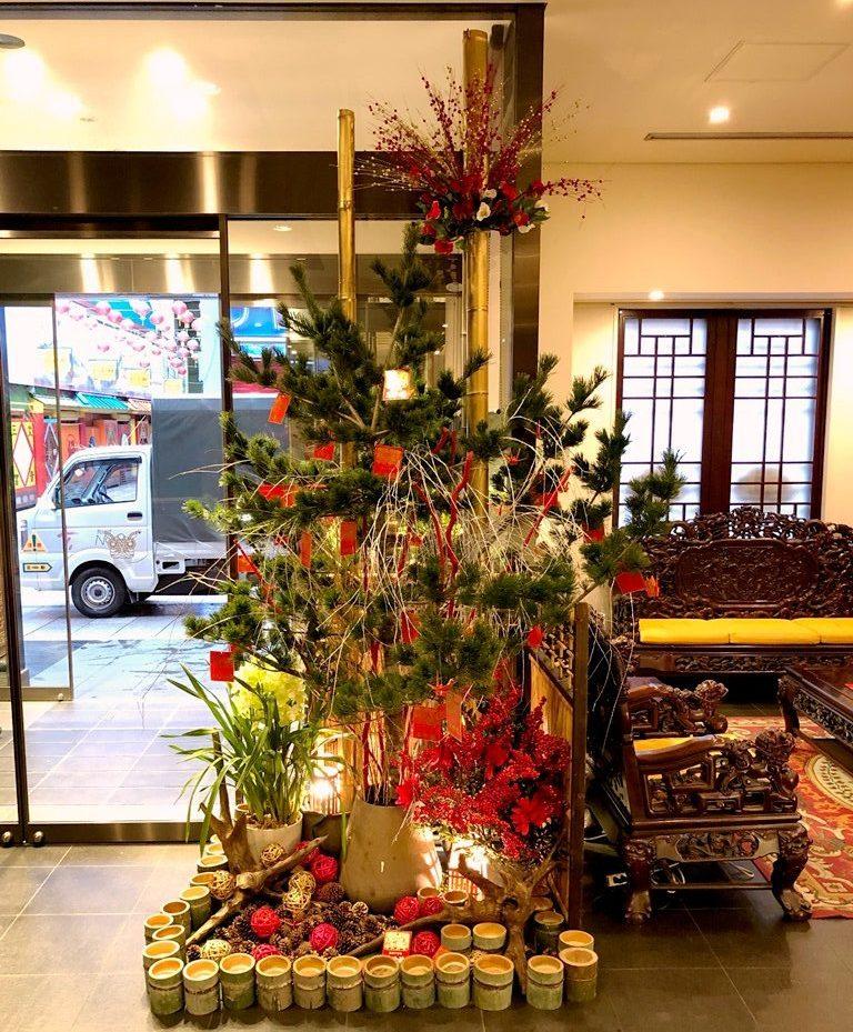 横浜中華街へお正月ディスプレイを施しました【横浜花屋の花束・スタンド花・胡蝶蘭・バルーン・アレンジメント配達事例537】