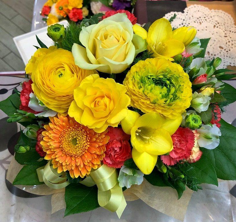 横浜市関内へお誕生日用フラワーアレンジメントを配達しました。【横浜花屋の花束・スタンド花・胡蝶蘭・バルーン・アレンジメント配達事例554】