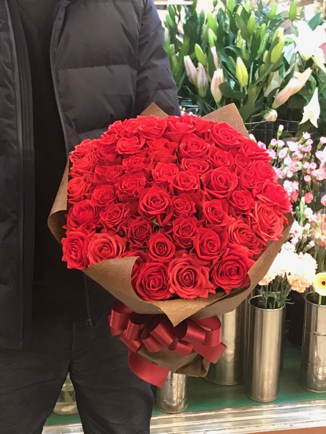ノートルダム横浜 みなとみらいへバラの花束を配達しました。【横浜花屋の花束・スタンド花・胡蝶蘭・バルーン・アレンジメント配達事例560】
