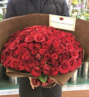 野毛町へバラの花束108本を配達しました。【横浜花屋の花束・スタンド花・胡蝶蘭・バルーン・アレンジメント配達事例548】
