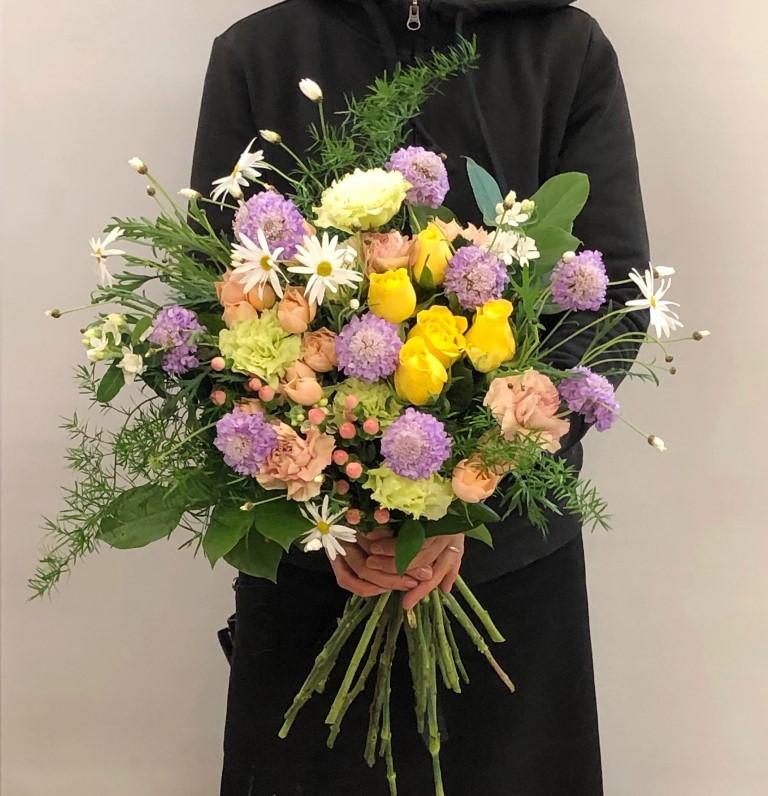 おまかせ花束を関内へ配達しました。【横浜花屋の花束・スタンド花・胡蝶蘭・バルーン・アレンジメント配達事例568】