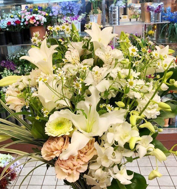 横浜市本牧町にお供え花束を配達しました。【横浜花屋の花束・スタンド花・胡蝶蘭・バルーン・アレンジメント配達事例566】