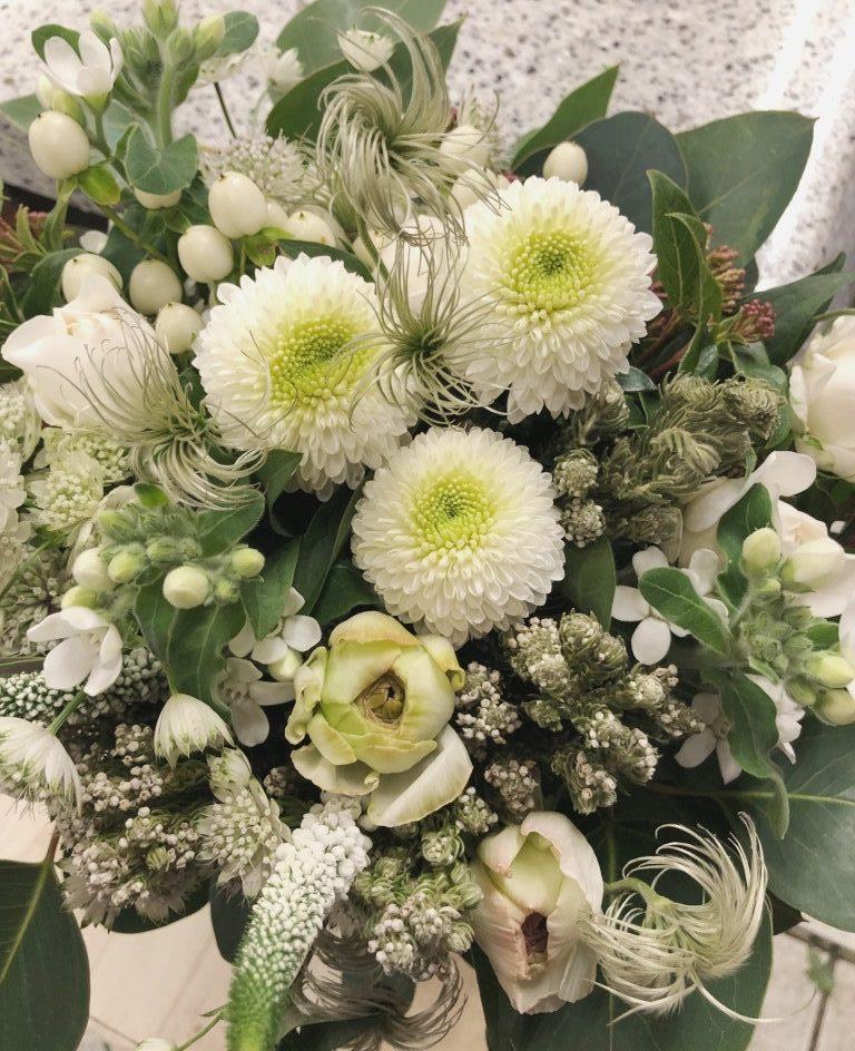 日本大通りへ花束を配達しました。【横浜花屋の花束・スタンド花・胡蝶蘭・バルーン・アレンジメント配達事例577】