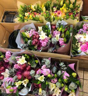 離任式用花束を小中学校へ配達しました。【横浜花屋の花束・スタンド花・胡蝶蘭・バルーン・アレンジメント配達事例607】