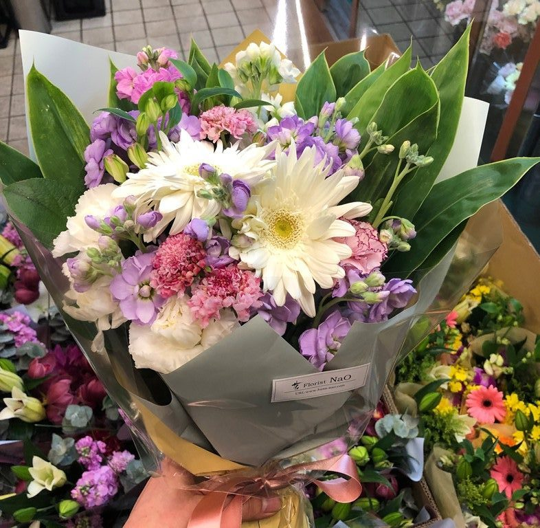 横浜市の学校へ花束を配達しました。【横浜花屋の花束・スタンド花・胡蝶蘭・バルーン・アレンジメント配達事例608】