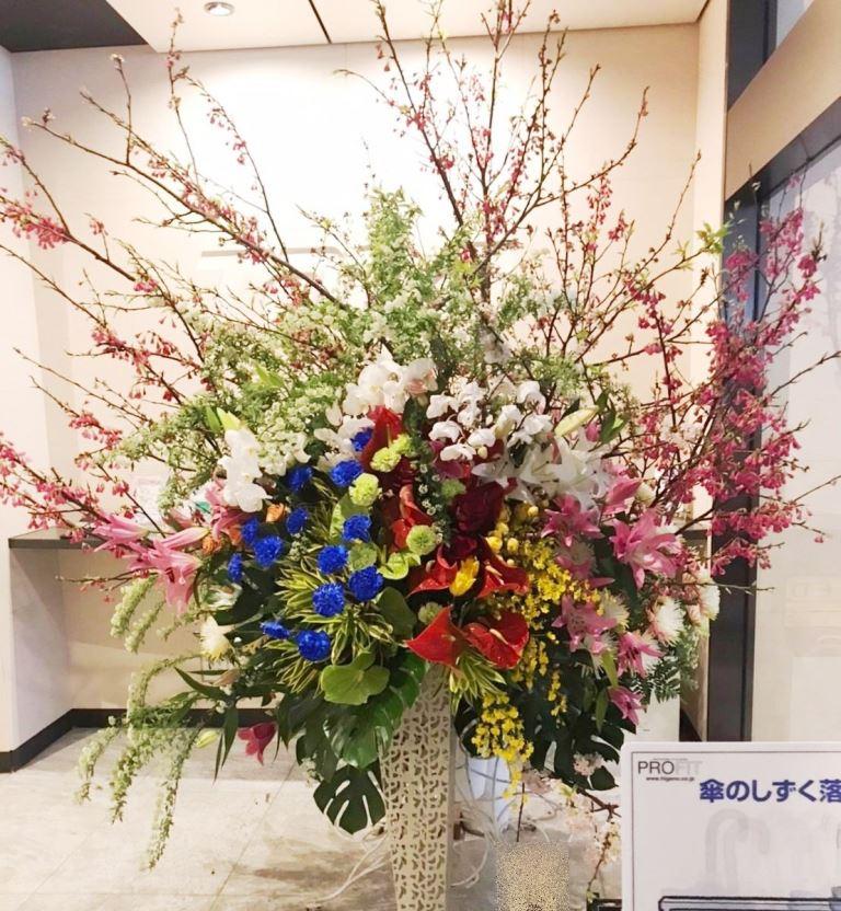 横浜市みなとみらいへ入社式用のスタンド花を配達しました。【横浜花屋の花束・スタンド花・胡蝶蘭・バルーン・アレンジメント配達事例620】