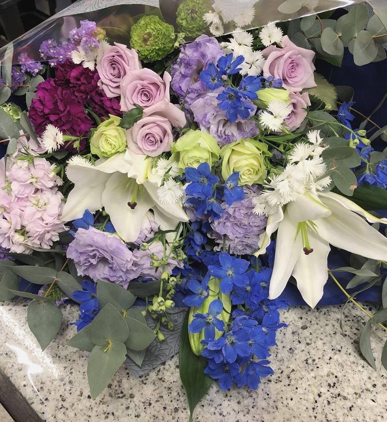 横浜市山下町へ寒色系花束を配達しました。【横浜花屋の花束・スタンド花・胡蝶蘭・バルーン・アレンジメント配達事例622】