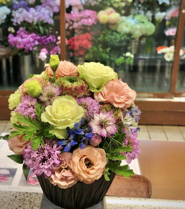 横浜市中区山元町へフラワーアレンジメントを配達しました。【横浜花屋の花束・スタンド花・胡蝶蘭・バルーン・アレンジメント配達事例634】