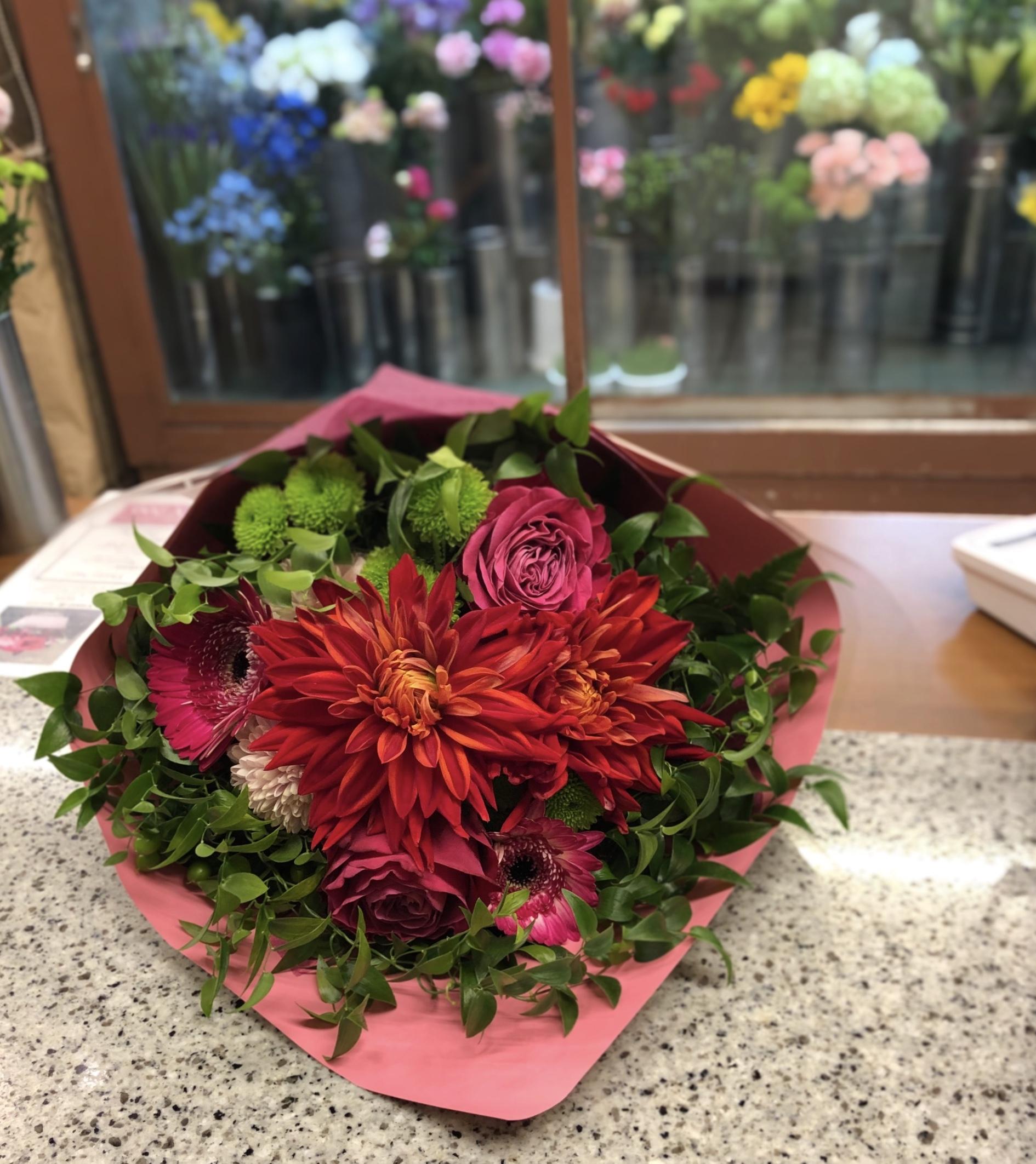 横浜市鶴見区へ花束を配達しました。【横浜花屋の花束・スタンド花・胡蝶蘭・バルーン・アレンジメント配達事例642】