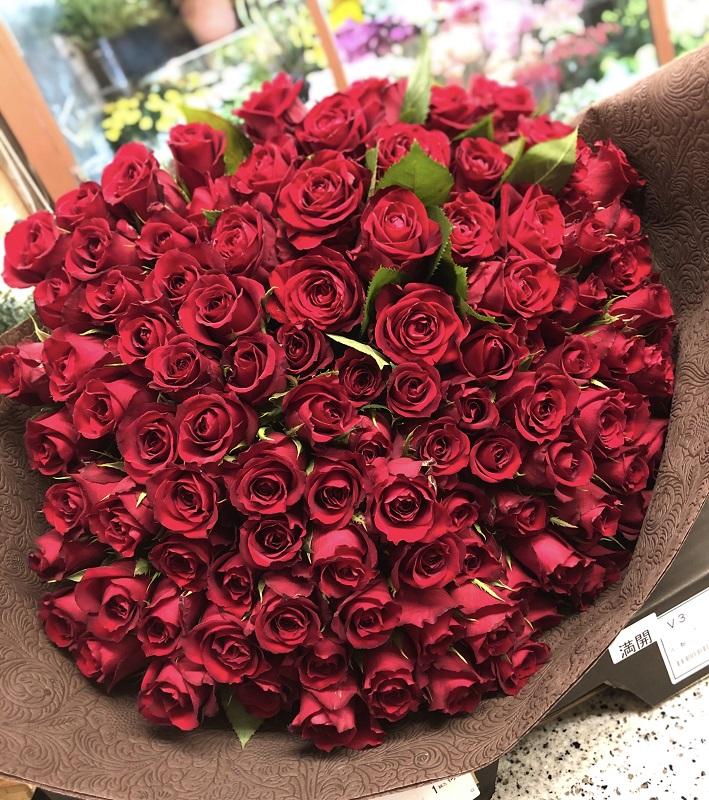 横浜市みなとみらいへバラの花束108本を配達させていただきました。【横浜花屋の花束・スタンド花・胡蝶蘭・バルーン・アレンジメント配達事例672】