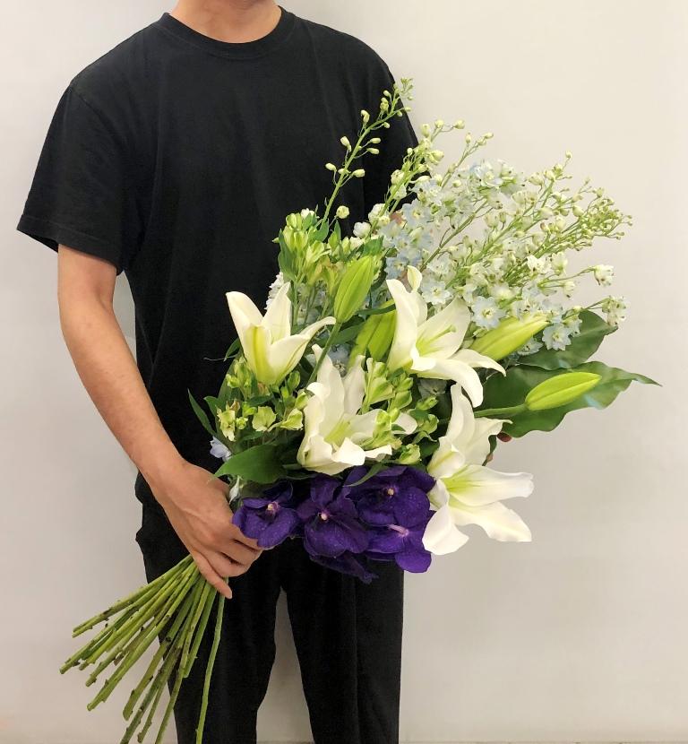 横浜本牧町へお供え用花束を即日当日配達させていただきました。【横浜花屋の花束・スタンド花・胡蝶蘭・バルーン・アレンジメント配達事例683】