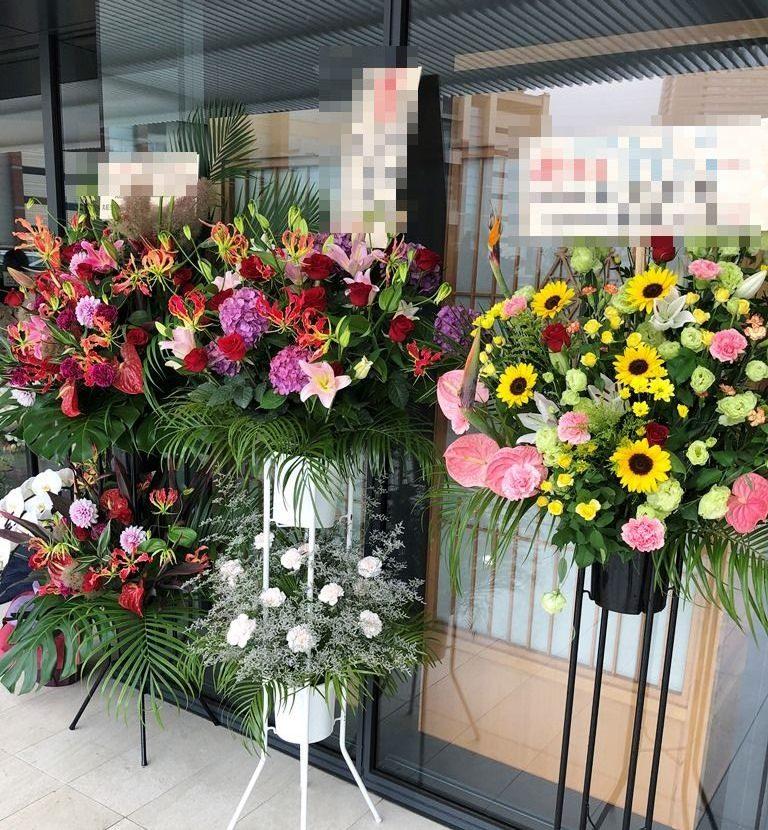 北仲ブリック&ホワイトへスタンド花を即日当日配達させていただきました。【横浜花屋の花束・スタンド花・胡蝶蘭・バルーン・アレンジメント配達事例688】