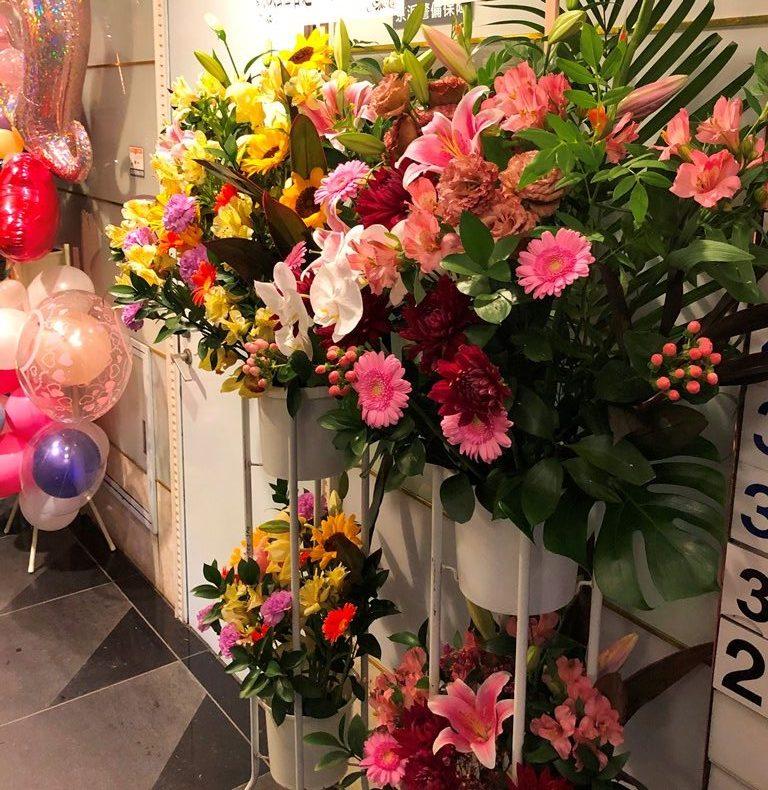 横浜市関内へスタンド花を即日当日配達しました。【横浜花屋の花束・スタンド花・胡蝶蘭・バルーン・アレンジメント配達事例696】