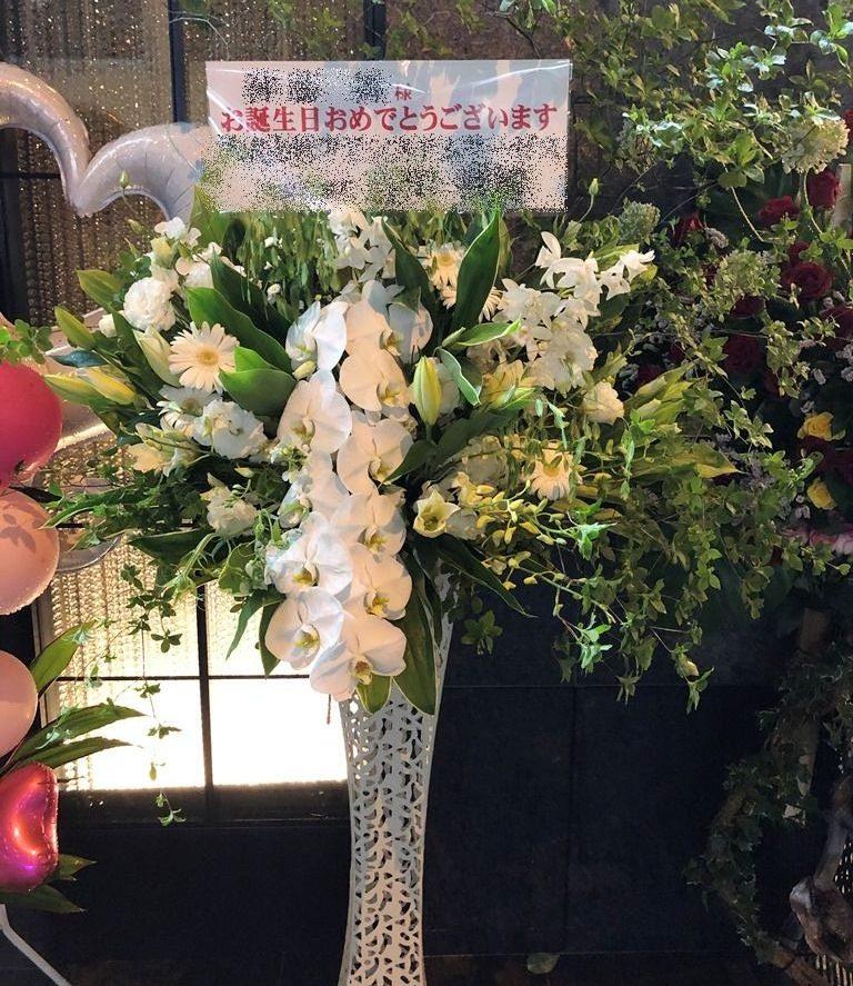 横浜市関内へお誕生日祝いスタンド花を即日当日配達しました。【横浜花屋の花束・スタンド花・胡蝶蘭・バルーン・アレンジメント配達事例700】