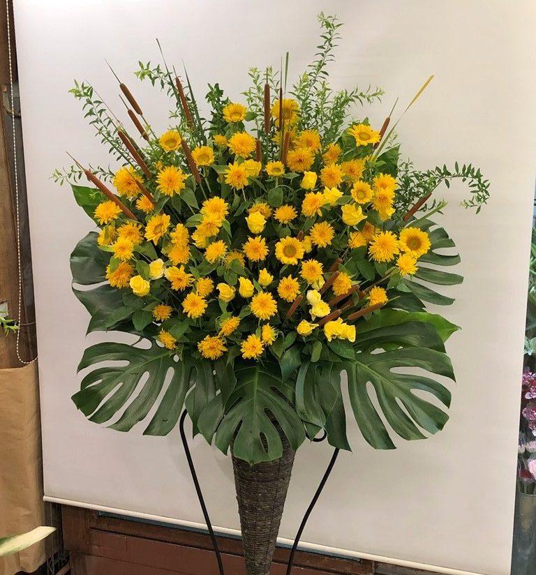 横浜市関内弁天通へスタンド花を即日当日配達しました。【横浜花屋の花束・スタンド花・胡蝶蘭・バルーン・アレンジメント配達事例709】