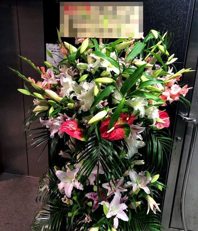 横浜市関内へユリメインのスタンド花を即日当日配達しました。【横浜花屋の花束・スタンド花・胡蝶蘭・バルーン・アレンジメント配達事例715】