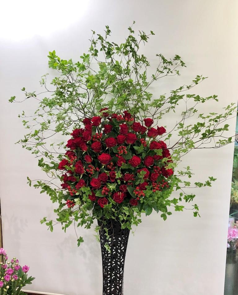 横浜市金沢公会堂へ発表会用のスタンド花を配達しました。【横浜花屋の花束・スタンド花・胡蝶蘭・バルーン・アレンジメント配達事例713】