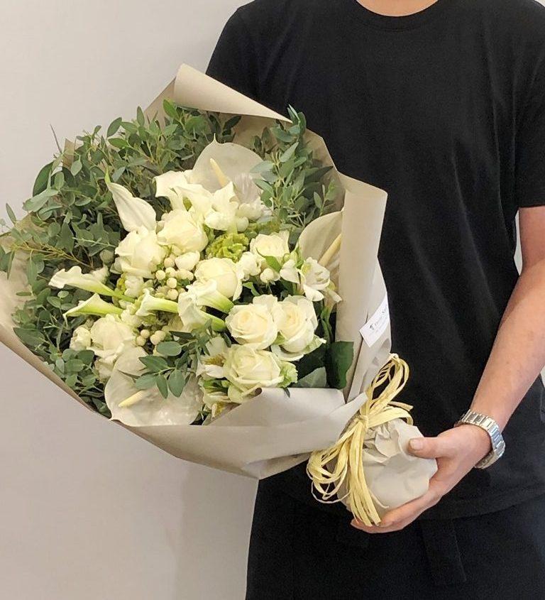 横浜市関内へ花束を即日当日配達しました。【横浜花屋の花束・スタンド花・胡蝶蘭・バルーン・アレンジメント配達事例730】