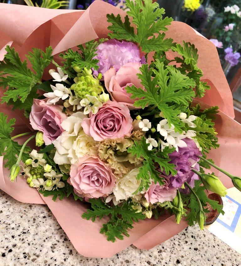 横浜駅近くへ花束を即日当日配達しました。【横浜花屋の花束・スタンド花・胡蝶蘭・バルーン・アレンジメント配達事例735】