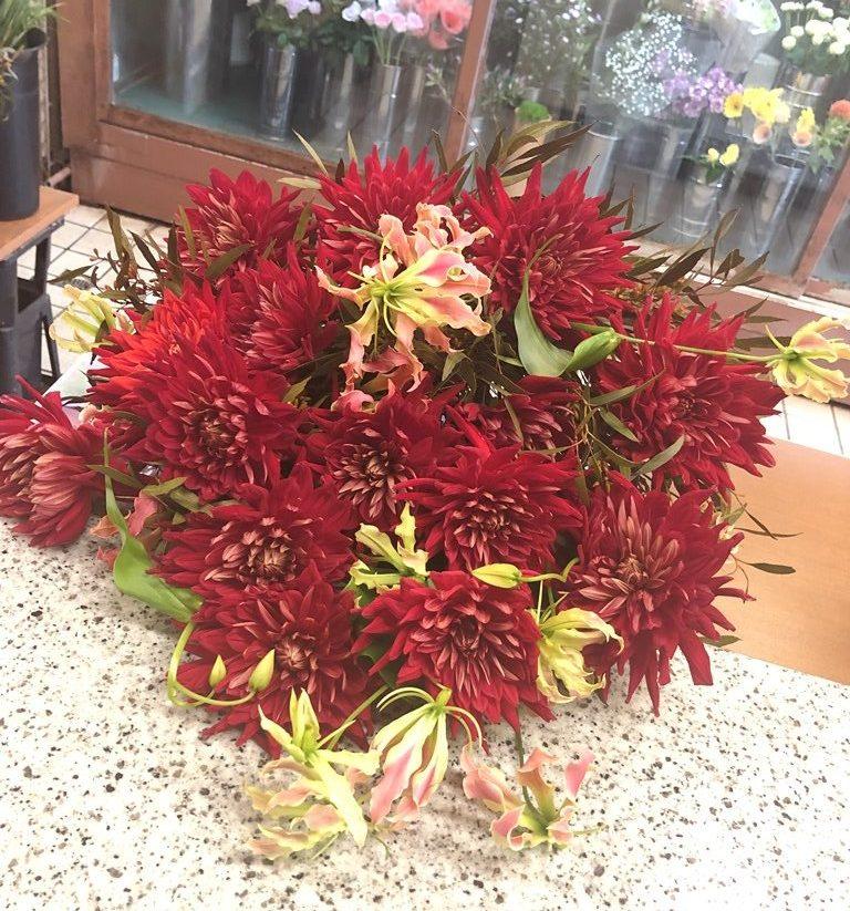 横浜赤レンガ倉庫へ花束を即日当日配達しました。【横浜花屋の花束・スタンド花・胡蝶蘭・バルーン・アレンジメント配達事例737】
