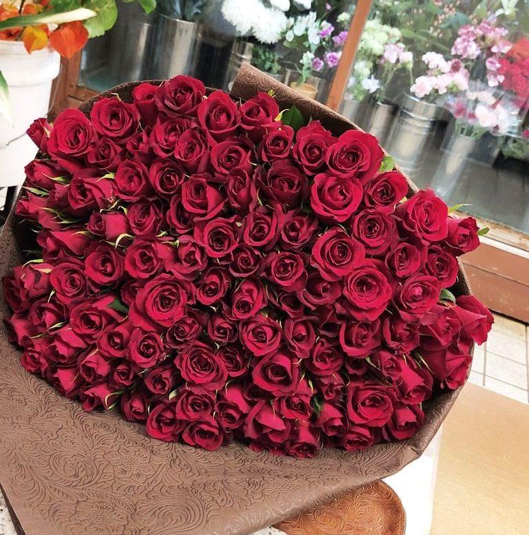 横浜市みなとみらいへバラの花束を配達しました。【横浜花屋の花束・スタンド花・胡蝶蘭・バルーン・アレンジメント配達事例744】