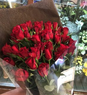 横浜市中区へバラの花束を即日当日配達しました。【横浜花屋の花束・スタンド花・胡蝶蘭・バルーン・アレンジメント配達事例750】