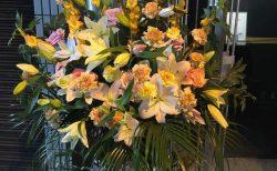 横浜市関内へ二段スタンド花を即日当日配達しました。【横浜花屋の花束・スタンド花・胡蝶蘭・バルーン・アレンジメント配達事例764】