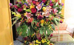 横浜市西区の某ホテルへスタンド花を即日当日配達しました。【横浜花屋の花束・スタンド花・胡蝶蘭・バルーン・アレンジメント配達事例791】