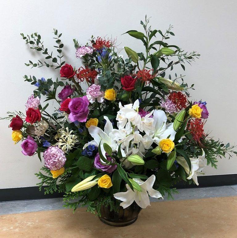 横浜市関内へ壺花(壇上花)を配達しました。【横浜花屋の花束・スタンド花・胡蝶蘭・バルーン・アレンジメント配達事例769】