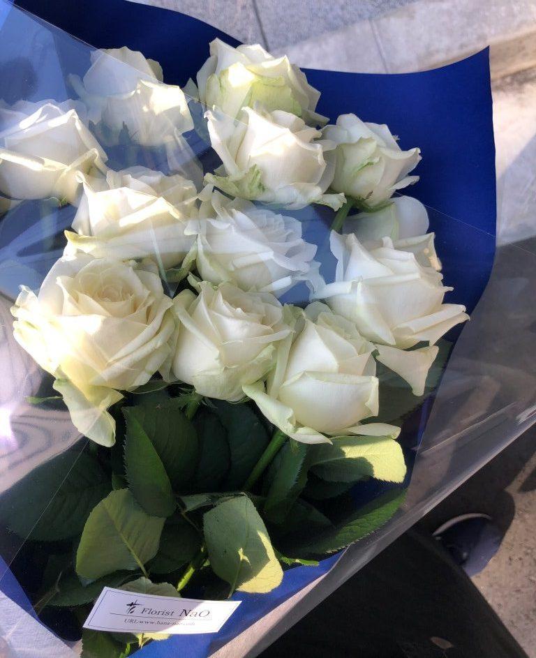白いバラの花束を横浜市中区へ即日当日配達しました。【横浜花屋の花束・スタンド花・胡蝶蘭・バルーン・アレンジメント配達事例768】