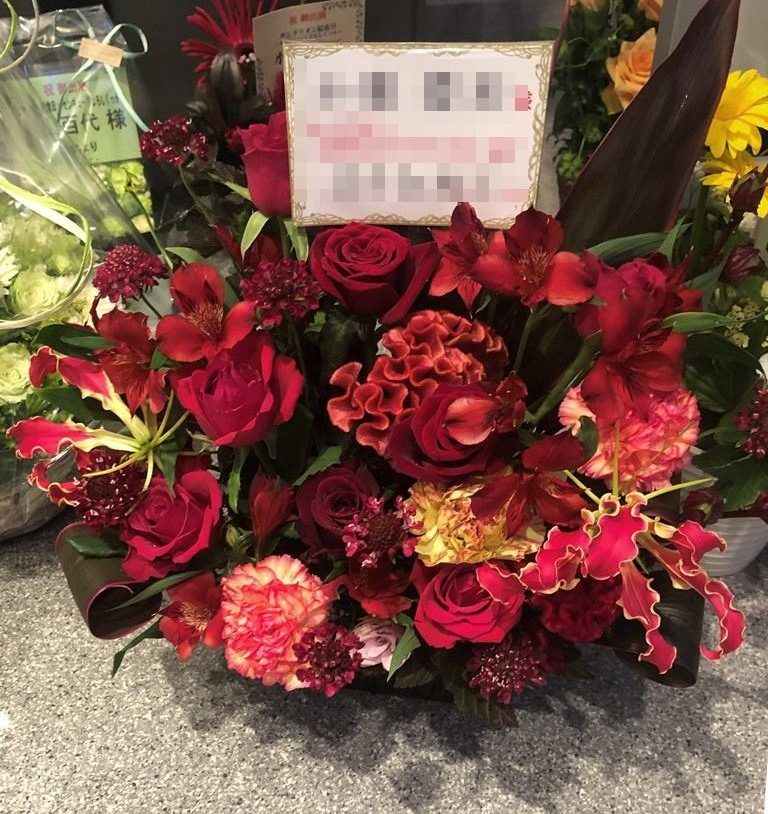 KT Zepp Yokohamaへフラワーアレンジメントを即日当日配達しました。【横浜花屋の花束・スタンド花・胡蝶蘭・バルーン・アレンジメント配達事例779】