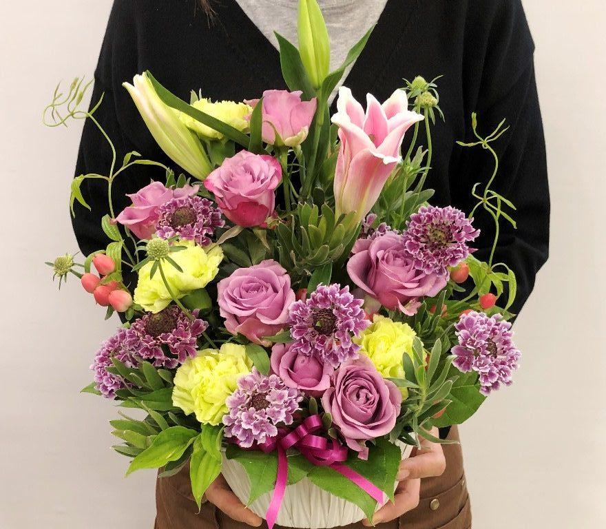 横浜市関内へフラワーアレンジメントを即日当日配達しました。【横浜花屋の花束・スタンド花・胡蝶蘭・バルーン・アレンジメント配達事例799】